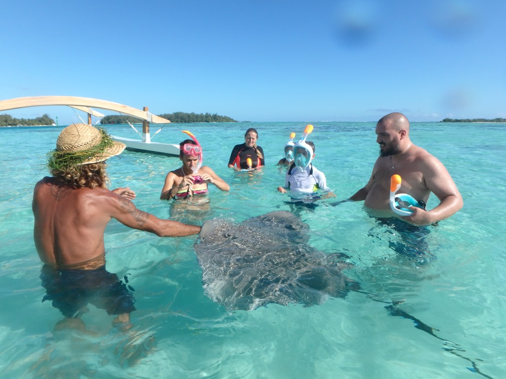 https://tahititourisme.ca/wp-content/uploads/2018/04/Moorea-Miti-Lagoon-Tours-with-Picnic-10.gallery_image.1.jpg
